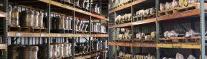 prateleiras com vários produtos industriais