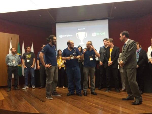 Equipe KCollector no palco recebendo premiação